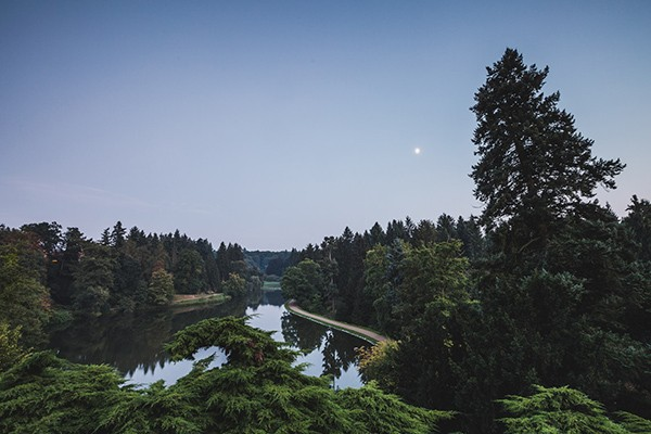 Park Pruhonice bij avond